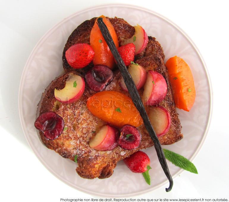 Brioche perdue aux fruits d'été, miel, vanille et gingembre