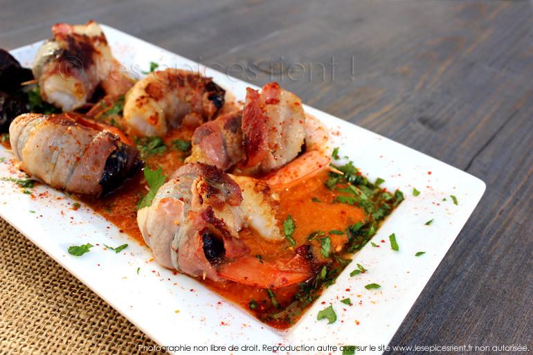 Mini rôtis de gambas, poitrine fumée et pruneaux, compotée de tomates au Pimentón