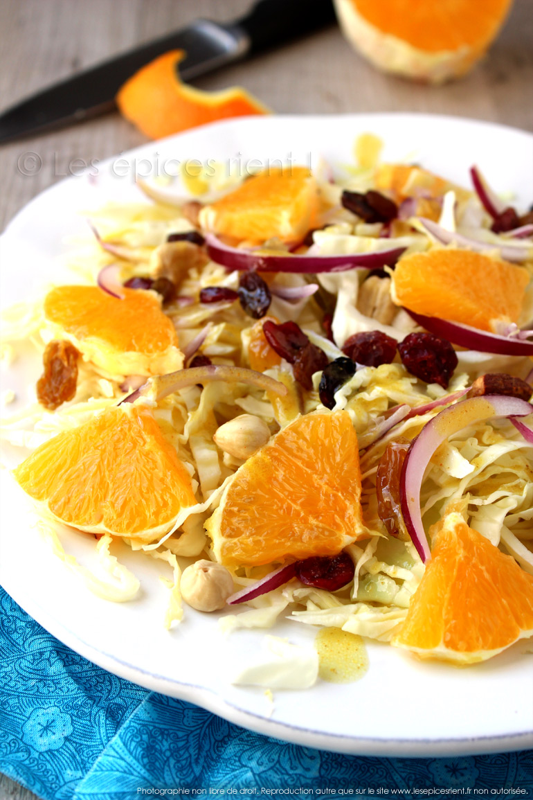 Salade de chou blanc, fruits secs et orange