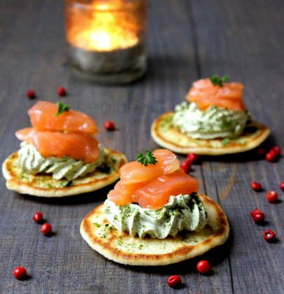 Toasts blinis : chantilly persillée, lardons de saumon fumé